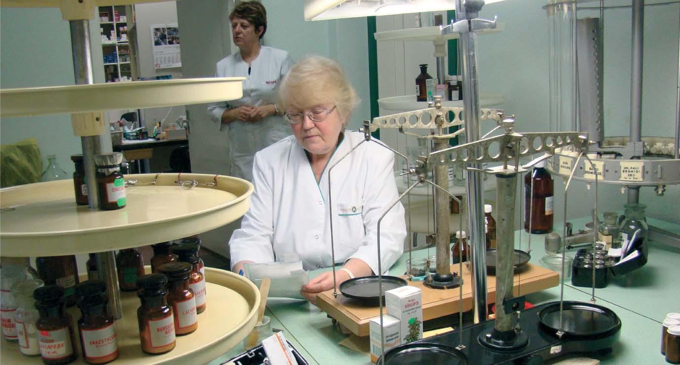 Valda Niemiro zāles gatavo kopš 1967. gada, labprātāk gatavo tieši ziedes – patīk maisīšanas process