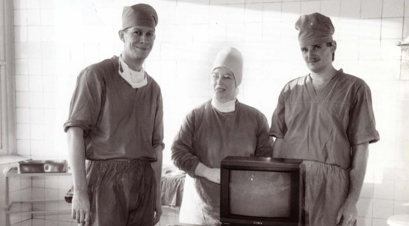 Pēc pirmās ceļgala artroskopijas Valmieras slimnīcā – 1989. gadā, kopā ar savu skolotāju Valdi Zatleru un operāciju māsu (tagad operāciju nodaļas virsmāsu) Anitu Budkēvicu