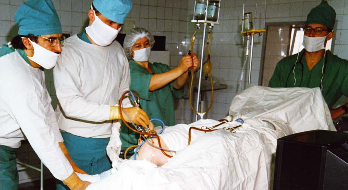 Ceļgala artroskopija. No kreisās: dr. Egīls Freimanis, dr. Aivars Baurovskis, operāciju māsa Anita Budkēvica, dr. Guntis Iļķēns