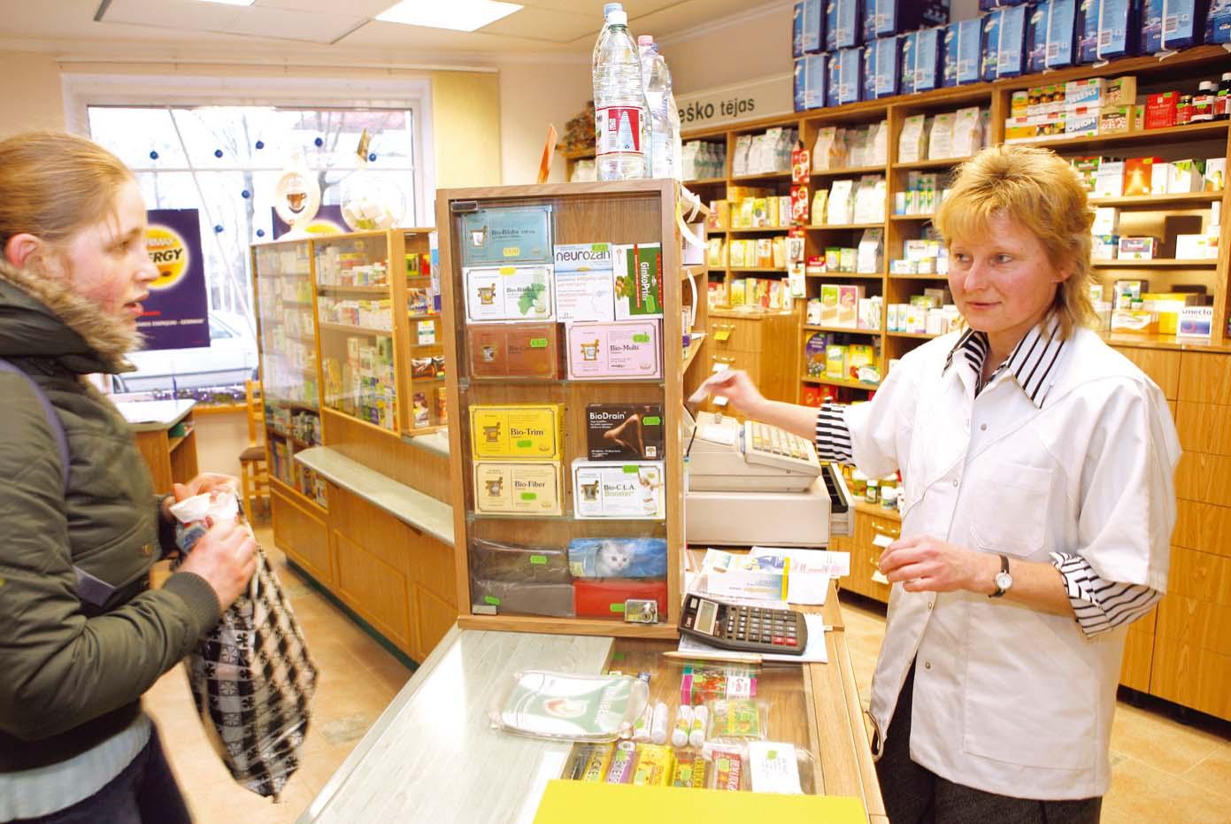 Aptieka ir atvērta katru dienu no astoņiem rītā līdz vienpadsmitiem vakarā, arī nedēļas nogalēs un svētku dienās. Klienti apkalpo farmaceite Agita Vaivare