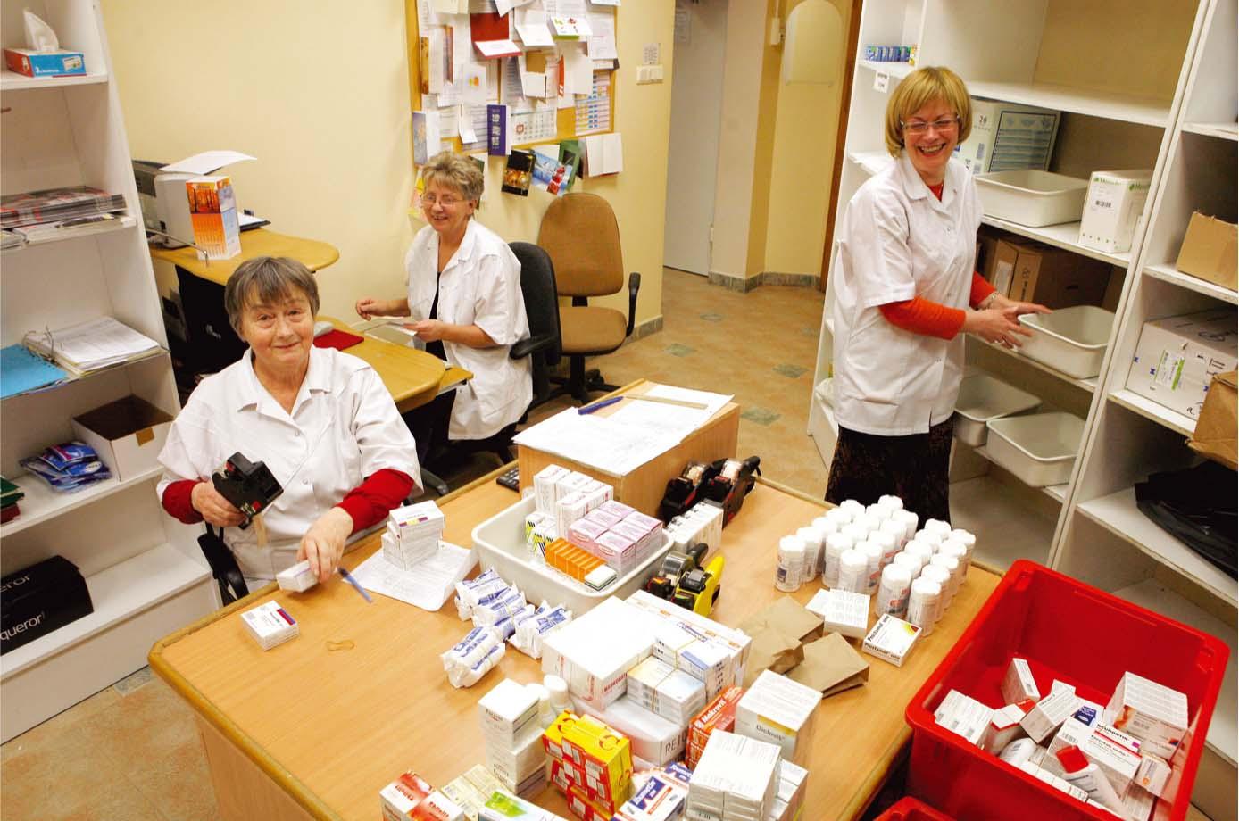 Preču cenošana. Vairākas reizes nedēļā cenu zīmes zālēm uzliek farmaceites Ilze Saulīte (no kreisās), recepšu ievadīšanas operatore Vizma Sidorenko un farmaceita palīdze Ilze Blaua