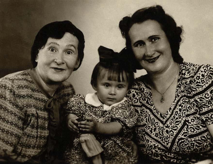 Ar vistuvākajiem cilvēkiem – mammu un vecmāmiņu, 1954. gads