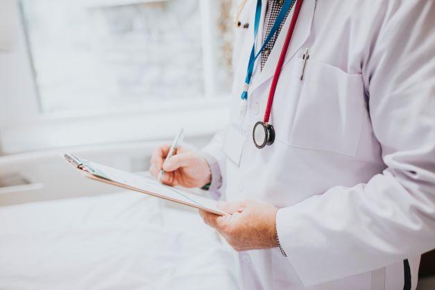 Intraokulārā spiediena izmaiņas pēc kataraktas ārstēšanas