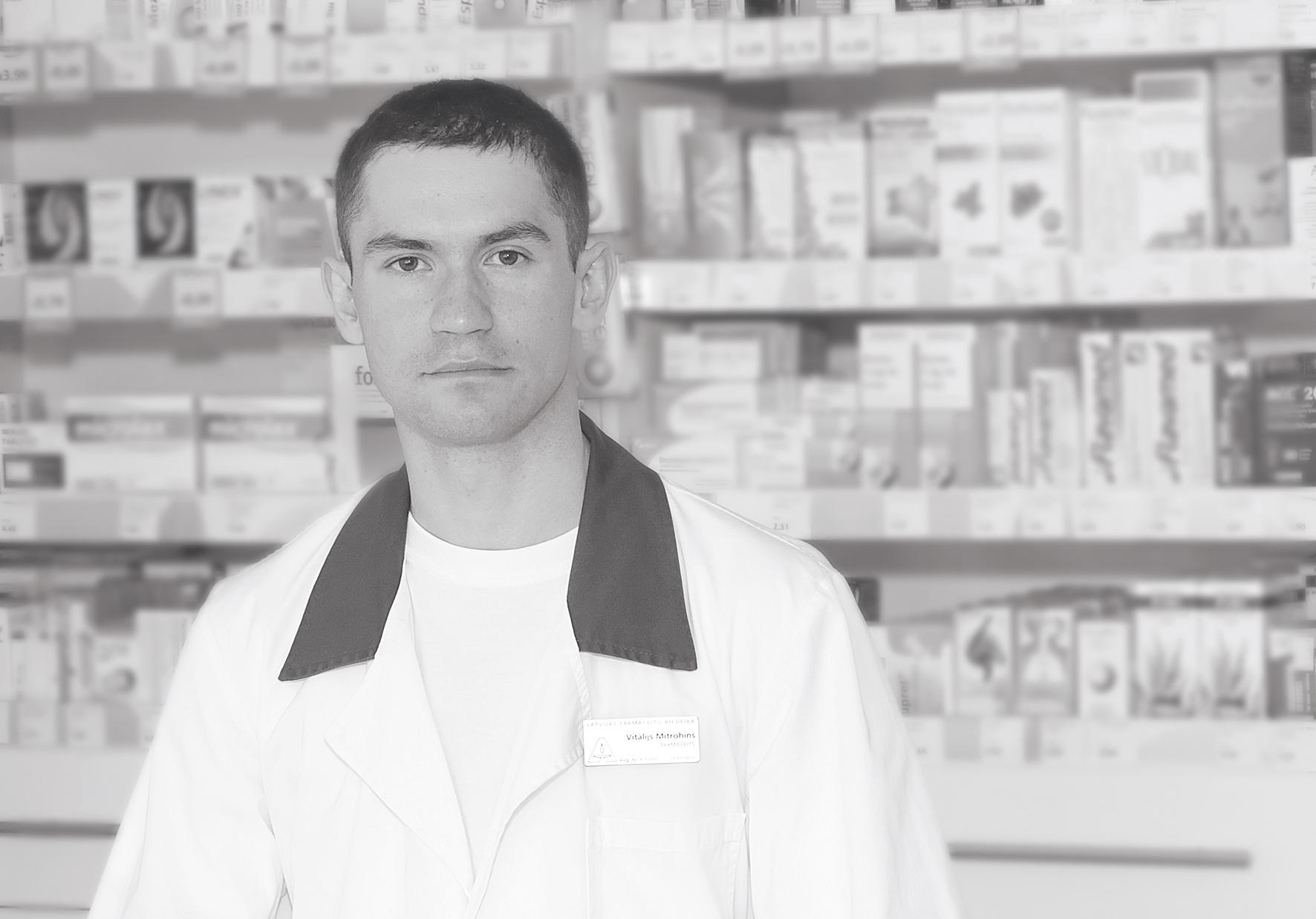 Vitālijam MItrohinam  karjeras pakāpieni  sekoja cits citam:  vispirms viņš bija  farmaceita palīgs,  veica pavisam  vienkāršus darbiņus,  sākot ar telpu  uzkopšanu un  beidzot ar recepšu  ievadīšanu  datubāzē. Tad  farmaceits, aptiekas  vadītāja vietniek
