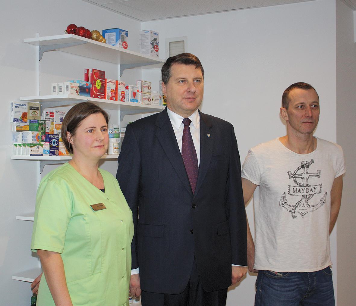 Neilgi pēc aptiekas atvēršanas Tērveti apmeklēja Valsts prezidents,  viņam tika izrādīta arī Augstkalnes aptieka. Iveta ar vīru Oskaru un Valsts prezidentu Raimondu Vējoni