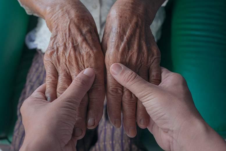 Xerosis cutis jeb sausa āda gandrīz visiem, kas vecāki par 80 gadiem