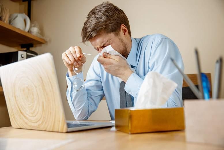 Kā atpazīt  un ārstēt  alerģisku rinītu?