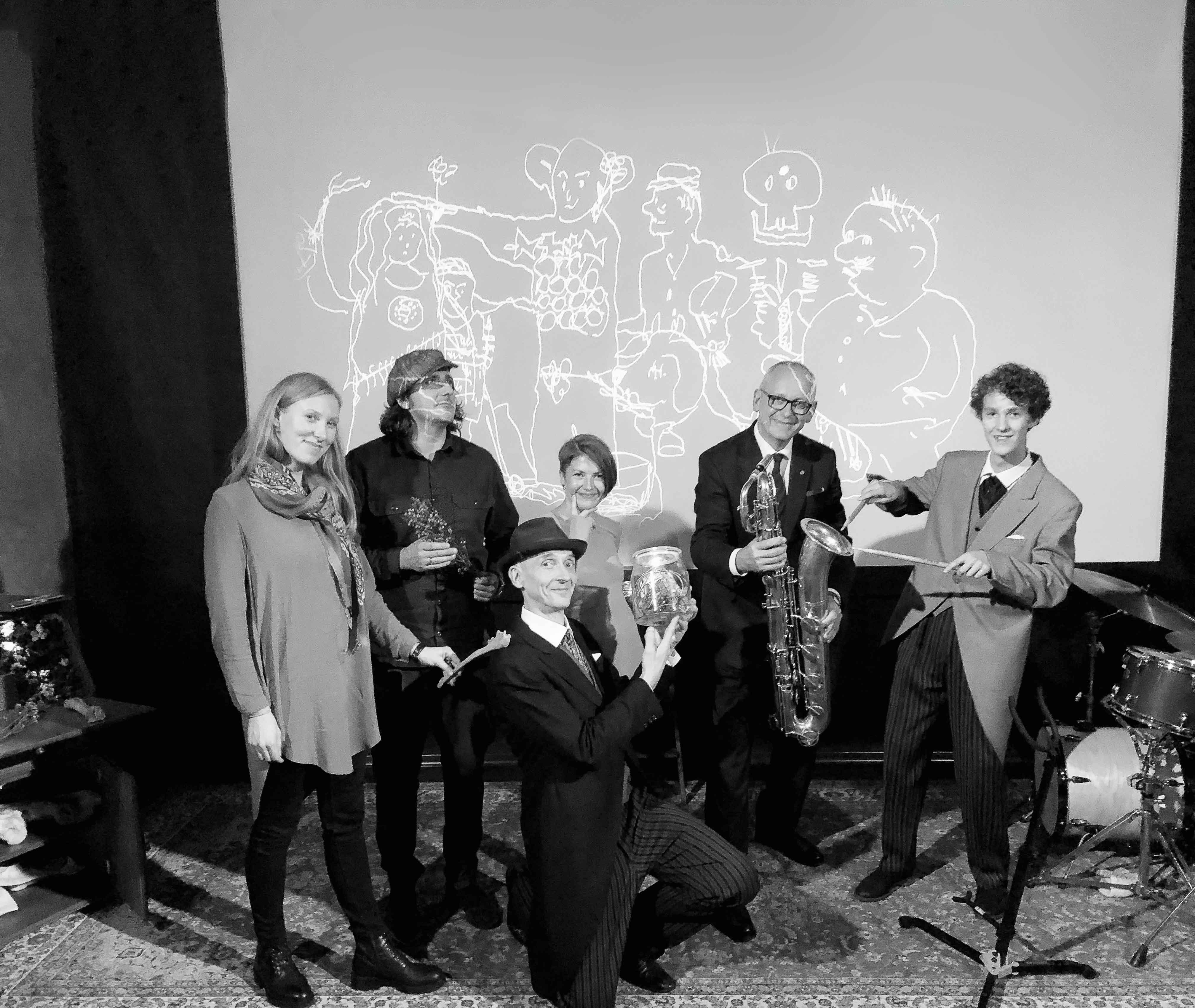 """2018. gadā Anatomijas muzejs kopā ar Vari Klausītāju un """"Zīmējumu teātri"""" izveidoja teātra izrādi, kurā apspēlētas leģendas, kas apvijušas muzeja eksponātu — Lukstiņa skeletu. Anatomijas muzeja kuratores — I. Lībiete un I. Sirmā, """"Zīmējumu teātra"""" komanda un RSU rektors prof. A. Pētersons"""