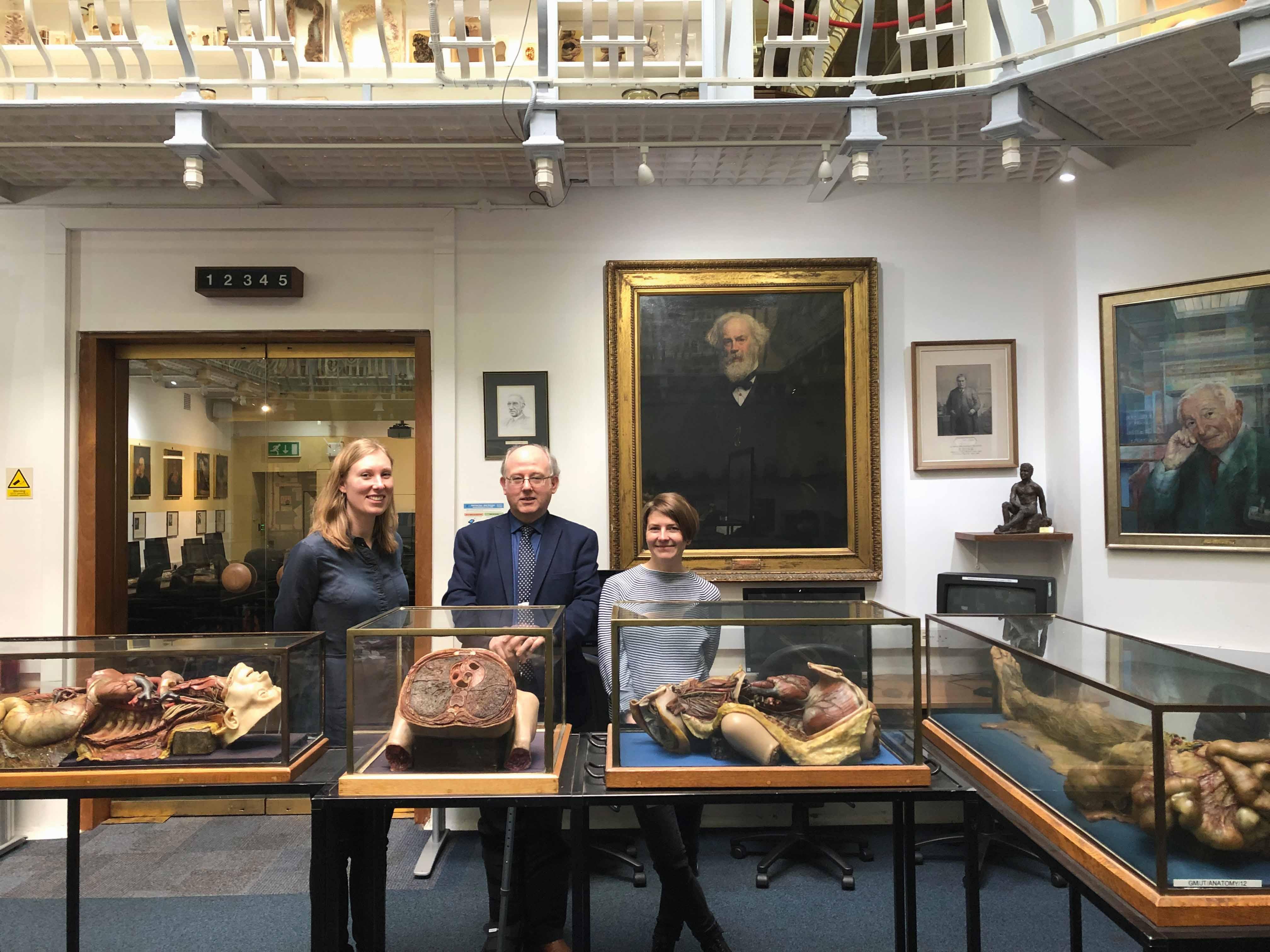 Ieva Lībiete ar kolēģi Ilzi Sirmo ERASMUS programmā Gordona patoloģijas muzejā Londonā ar muzeja kuratoru Bilu Edvardsu. Pateicoties Bila Edvardsa atsaucībai, RSU Anatomijas muzeja darbinieki iepazinuši un praksē pārņēmuši modernākās vēsturisko preparātu konservācijas metodes