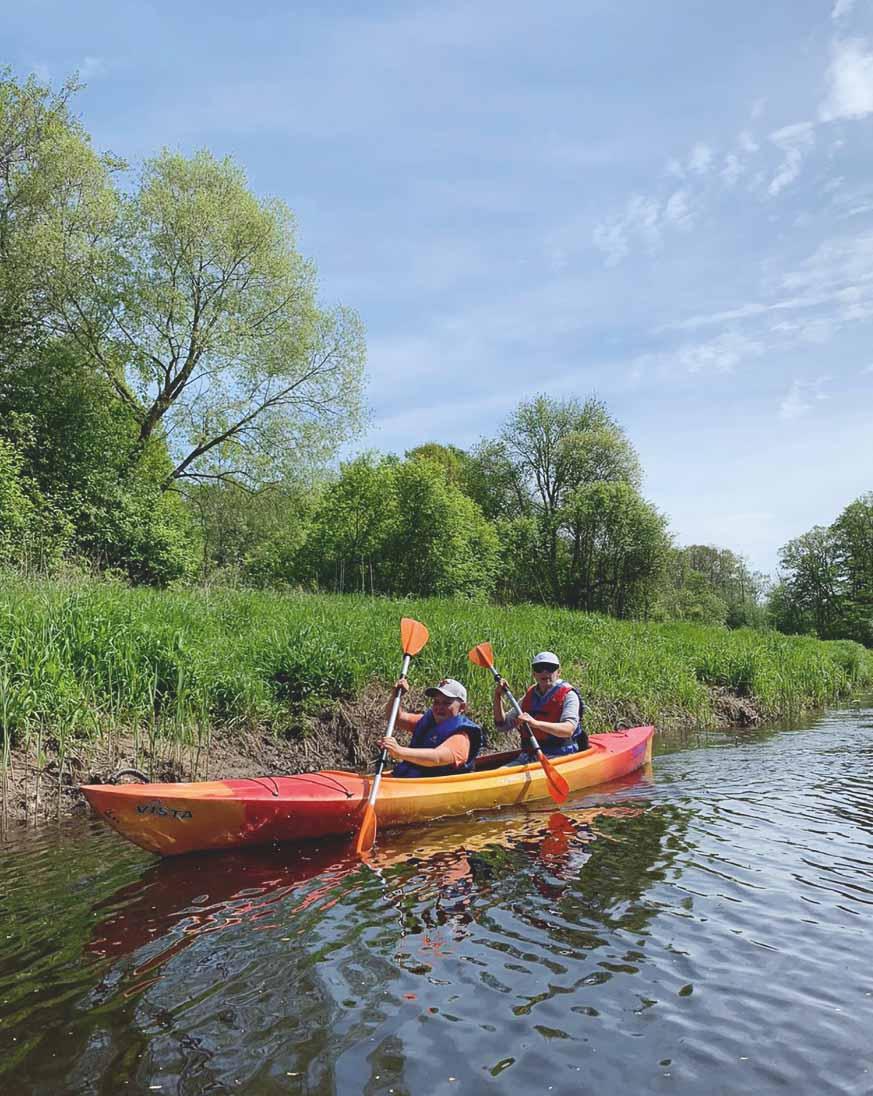 Ar dēlu laivu braucienā pa Ogres upi