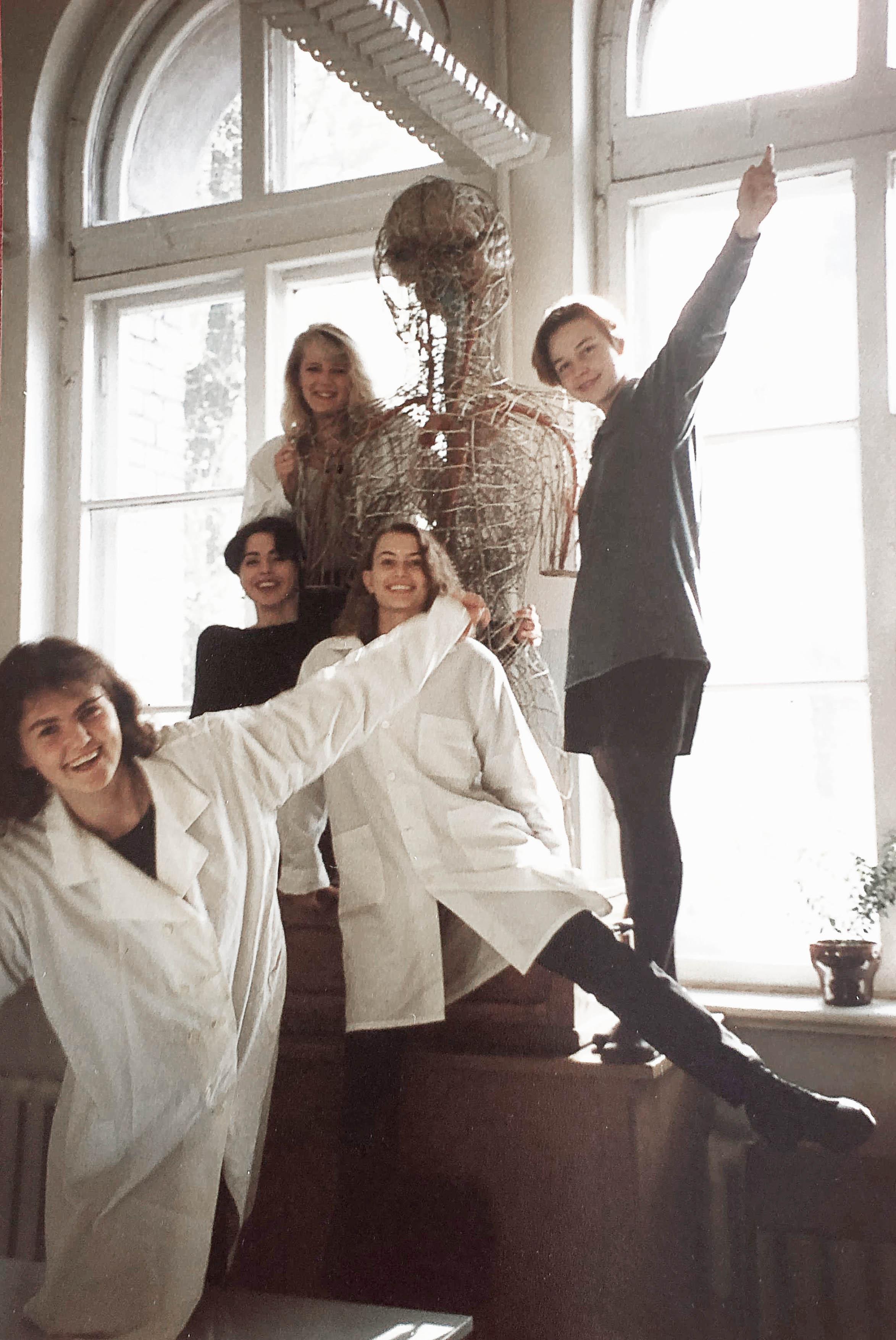Medicīnas fakultātes 2. kursā kopā ar grupas biedrēm  (no kreisās no augšas  Anda Kadiša, Digna Miltiņa, Daina Greiškalne,  Dace Lietuviete un  Elīna Ligere) anatomijas nodarbību starplaikā